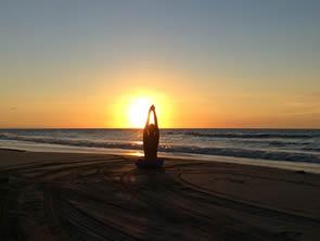 Eu, meditando em pleno por do sol.