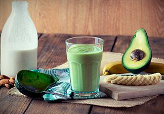 Vitamina de abacate com banana verde