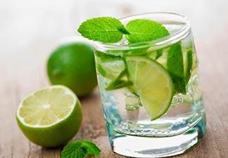 mistura água com limão